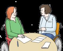 Zwei Frauen sitzen an einem Tisch. Eine Frau redet und erklärt der anderen etwas.