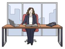 Hinter einem Bürotisch sitzt eine Frau. Die Frau hat feine Kleidung an.