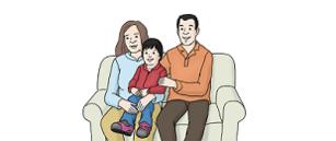 Ein Mann und eine Frau sitzen auf einem Sofa. Die Frau hat ein Kind auf dem Schoß.
