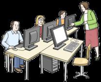 Viele Menschen sitzen an Computern. Eine Frau erklärt den Menschen etwas.